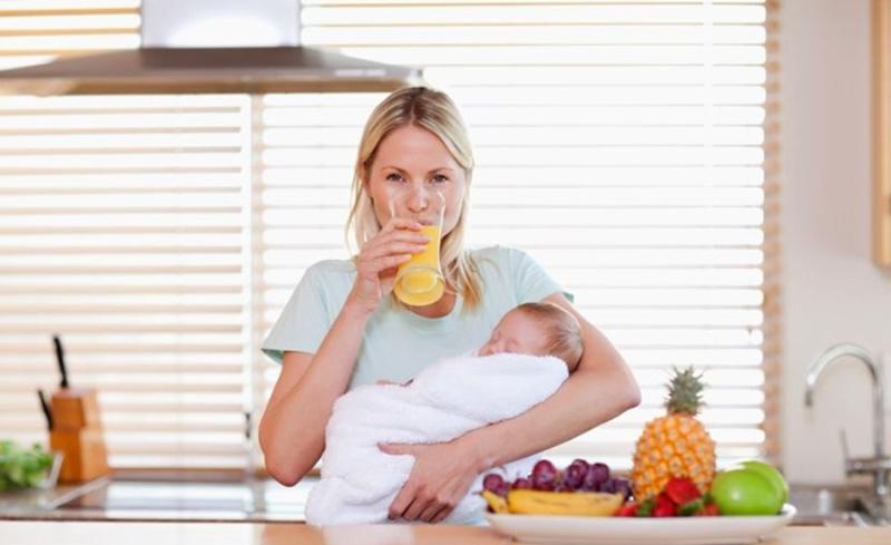 Все, что употребляется женщиной в период лактации, через молоко оказывается в организме младенца и может не всегда быть полезным для него