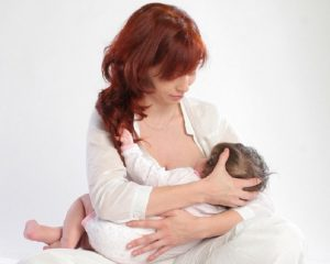 Какими должны быть позы для кормления новорожденных