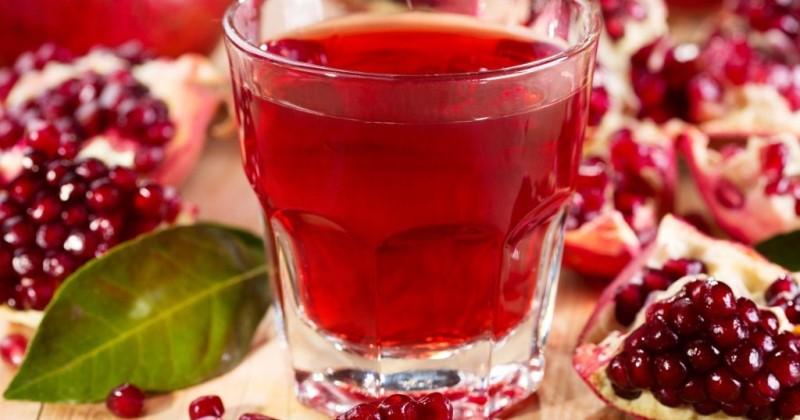 Всем известно, что красные фрукты и ягоды могут вызвать аллергию у ребенка, поэтому желательно перед употреблением граната посоветоваться с педиатром
