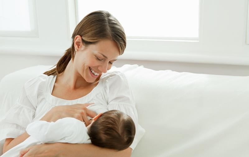 Несмотря на опасения женщин по поводу того, можно ли делать флюорографию кормящей маме, врачи утверждают, что процедура никак не влияет на грудное молоко